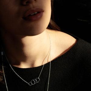 femme portant collier argent