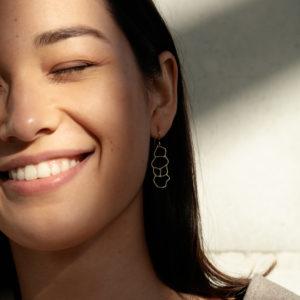 femme portant boucles d'oreilles