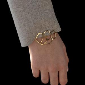 femme portant bracelet or