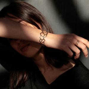femme portant bijoux
