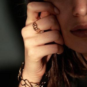 femme portant bague et bracelet or