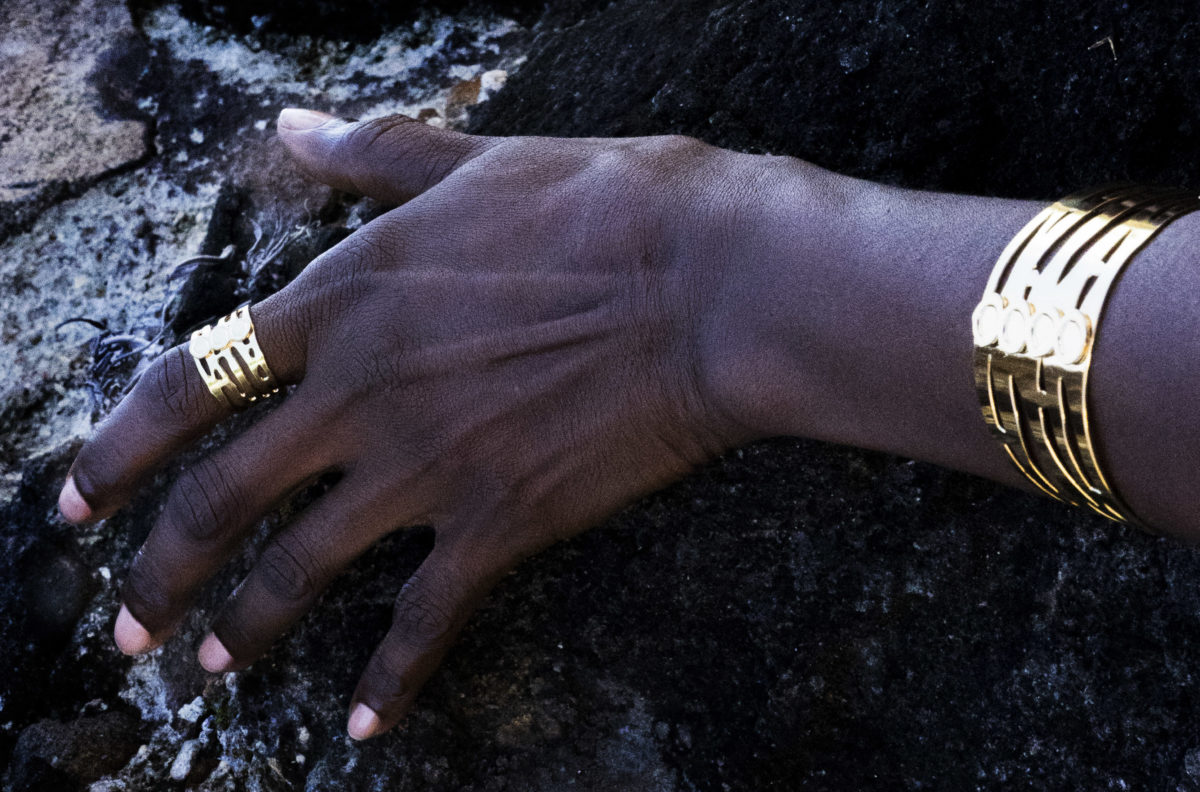 femme portant bijoux or adayin