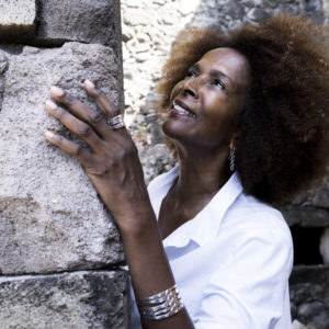 femme regardant mur portant bijoux