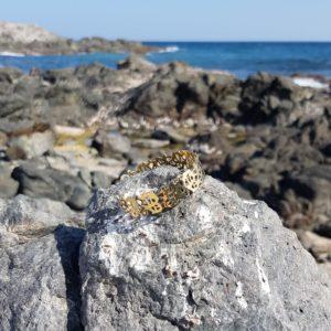 bijoux or sur roche