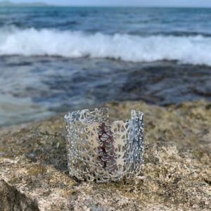 bracelet manchette argent sur plage
